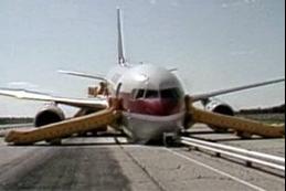 Le Boeing 767 à l'atterrissage sur la piste de Gimli le 23 juillet 1983