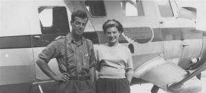 Thomas Fecteau et sa conjointe dans le nord du Québec debouts sur un flotteur d'un hydravion de A. Fecteau transport, compagnie de son oncle.