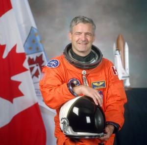 Marc Garneau en tenue d'astronaute