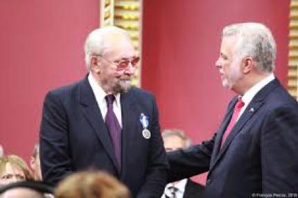 M. Gervais recevant sa médaille par le premier ministre couillard