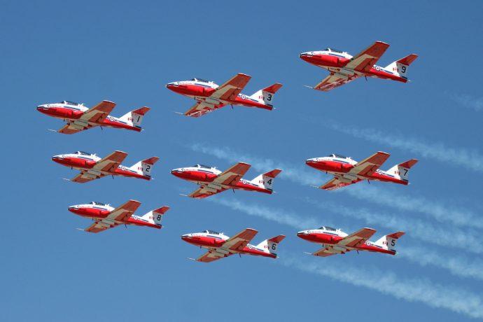 Les snowbirds, avions rouge et blanc